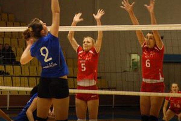 Hráčka - trénerka. Od sobotňajšieho zápasu je už Mária Hnátová (vpravo) aj trénerkouSpišiačok.