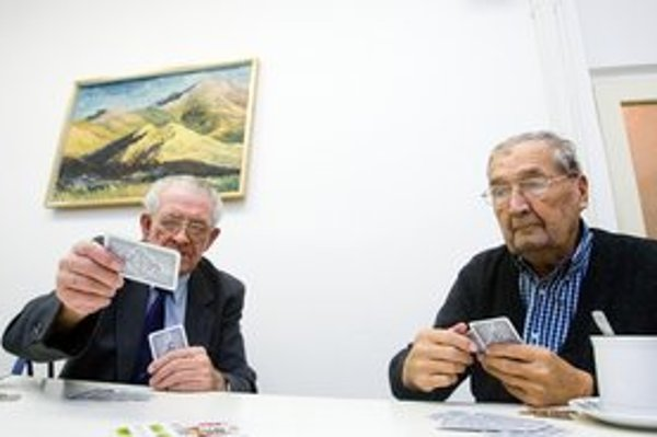 Starkí. Jeseň života trávia v kruhu svojej rodiny, osamotení vo svojich príbytkoch alebo v zariadeniach pre seniorov. Dôchodcovia aj odborníci zhodne tvrdia, že dôležité je aktívne trávenie času.