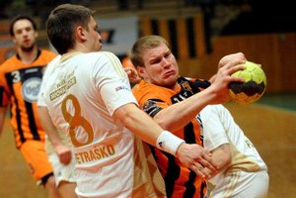 Na snímke s loptou hráč Košíc Erik Ľoch, vľavo hráč Michaloviec Tomáš Petraško.
