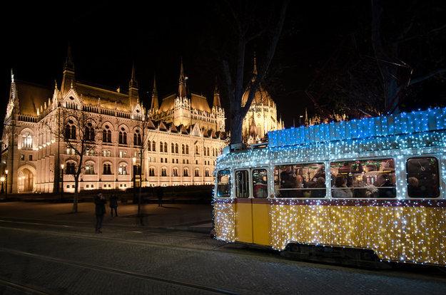 Vianočnú atmosféru v Budapešti dotvárajú štýlovo vyzdobené električky.