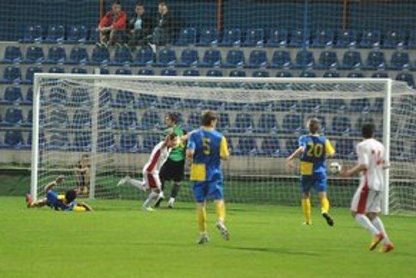 Rimavská Sobota práve otvorila skóre duelu. Z gólu sa teší Emil Le Giang (v strede), ktorý prekonal svojho brata Patrika.