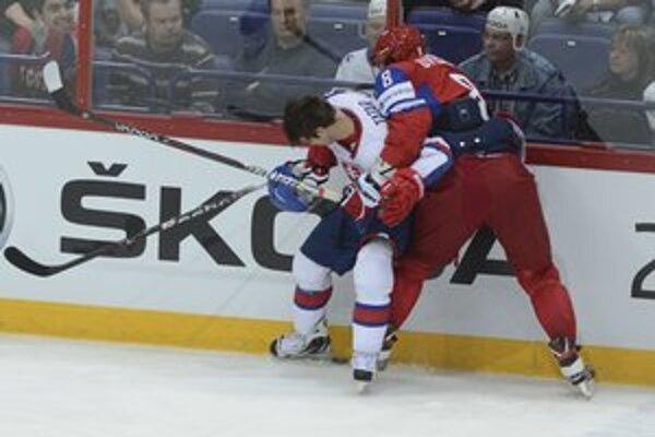 Tomáš Tatar (vľavo). Nezľakol sa nikoho, ani Ovečkina.
