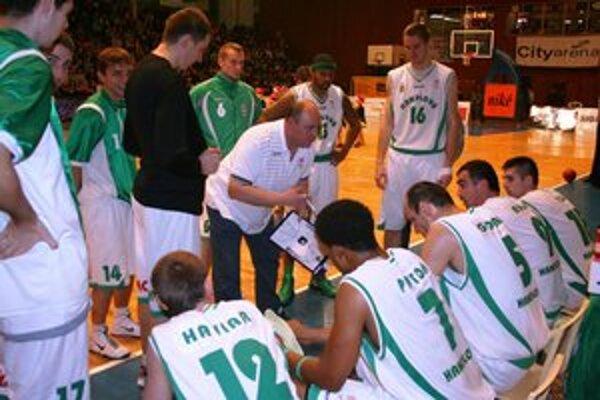 Handlovskí basketbalisti podľahli v domácom prostredí Spišiakom.