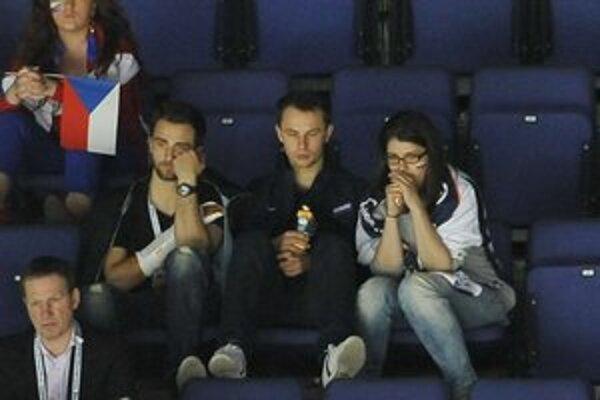 Július Hudáček. Vo Fínsku bol v pozícii brankárskej trojky. Na tribúne sedí vedľa zraneného Dominika Graňáka.
