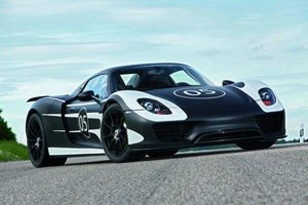 Prototyp Porsche 918 Spyder. Na jeho pohon slúži hybridná hnacia sústava, tvorená osemvalcom výkonu 426 kW a dvomi elektromotormi.