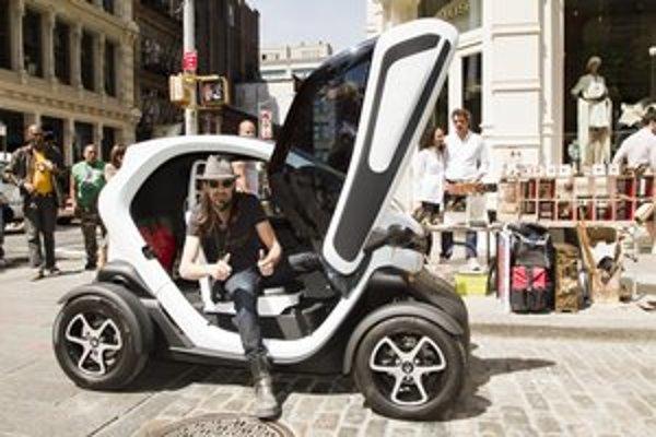 Elektromobil Renault Twizy. Podtext: Svojím netradičným dizajnom vzbudzoval Twizy rozruch aj na newyorských uliciach.