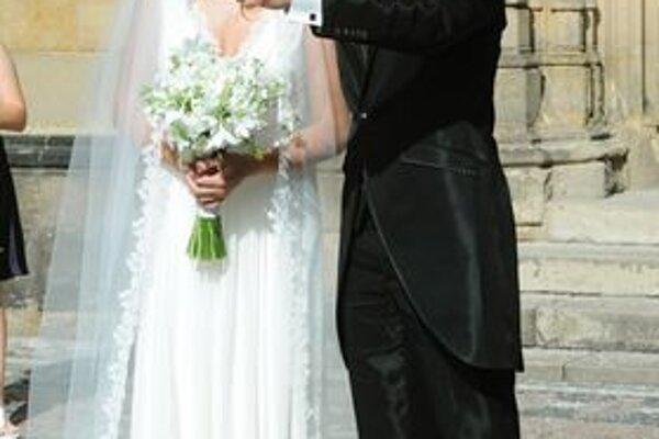 Mladomanželia. Pred kostolom sa nechceli bozkávať. Takéto exkluzívne fotky predali talianskemu časopisu.