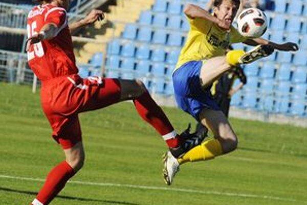 Gól nedal. Viazanko (vpravo) sa v prípravnom zápase s Eintrachtom nepresadil.