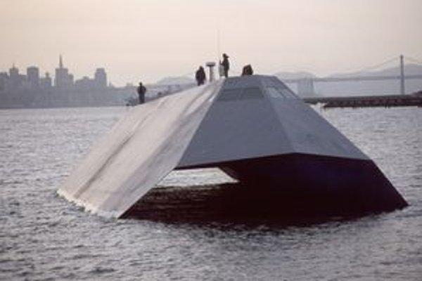 """""""Neviditeľná"""" loď Sea Shadow. Túto loď amerického námorníctva nikto nechce, a tak pôjde do šrotu."""