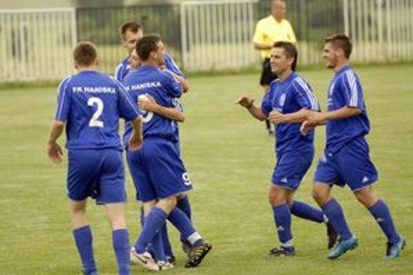 Radosť v podaní hráčov Hanisky, ktorí  si  vybojovali  postup   do  najvyššej regionálnej futbalovej súťaži.