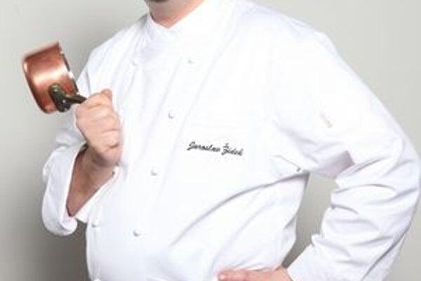 Majster kuchár. Okrem dobrého jedla má Jaroslav Žídek vášeň aj pre vínko a krásne ženy.