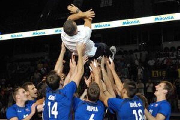 Nad hlavami hráčov. Tak sa odvďačili slovenskí volejbalisti svojmu trénerovi Zaninimu.