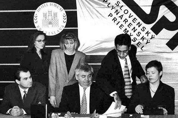 Bývalý riaditeľ štátnych plynární Ján Ducký (v strede) bol zavraždený v roku 1999, okolnosti dodnes neboli objasnené. Rok pred smrťou podpísal v mene plynární množstvo zmeniek na obrovské sumy.