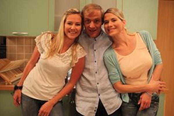 Dušan a jeho lásky. Zuzana a Monika Haasové si zahrajú sestry aj v seriáli.