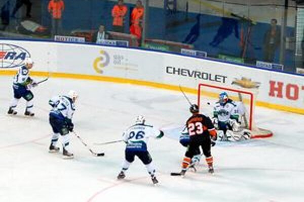 Gólová šanca. Bartečkovu strelu Biryukov vyrazil.