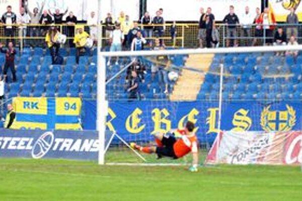 Pnalta. Brankár Tatrana si vybral zlú stranu a tak len sledoval, ako lopta napína sieť.