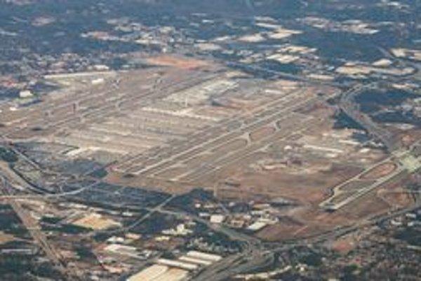 Pohľad na letisko v Atlante. Letisko má päť paralelných dráh, pričom lietadlá môžu súčasne pristávať na troch.