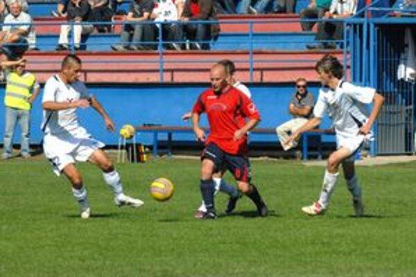Matadori. O loptu bojovali domáci Šoltis (v strede) a Ljubarskij z tímu hostí (vľavo).