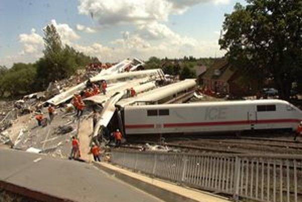 Havarovaná súprava ICE 884. Po náraze vykoľajenej súpravy do mostných pilierov sa most zrútil a do jeho ruín narazil i zvyšok súpravy.