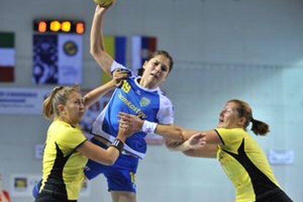 Lucia Tobiašová medzi dvomi hráčkami talianskeho majstra.