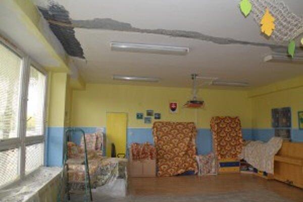 Pre poškodenú strechu a strop je jedná trieda v Materskej škole na Ulici Š. Závodníka mimo prevádzky.