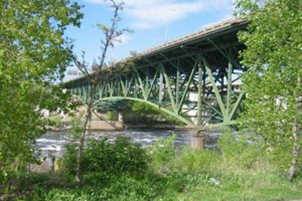 Most cez rieku Mississippi. Bol otvorený v roku 1967 a jeho dĺžka bola 581 metrov.