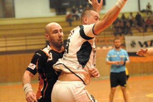 Základom bude obrana. Patrik Jurko (vľavo) vie vzadu pritvrdiť.