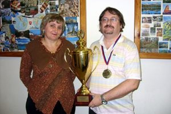 Emília a Ján. Po rokoch je trofej doma.