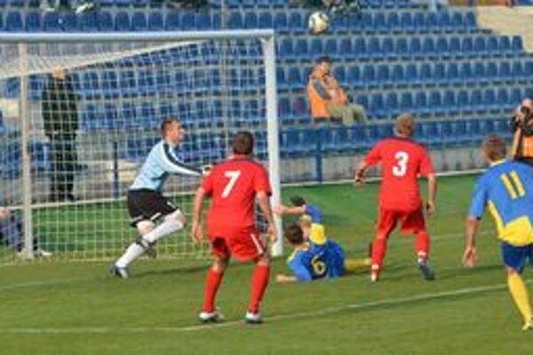 V zápase Michaloviec s Dubnicou sa diváci gólu nedočkali. Veľkú šancu na strelenie gólu mal domáci Jaroslav Dargaj (na zemi s číslom 6), na čiare však zachránil gólman Pavol Bajza.