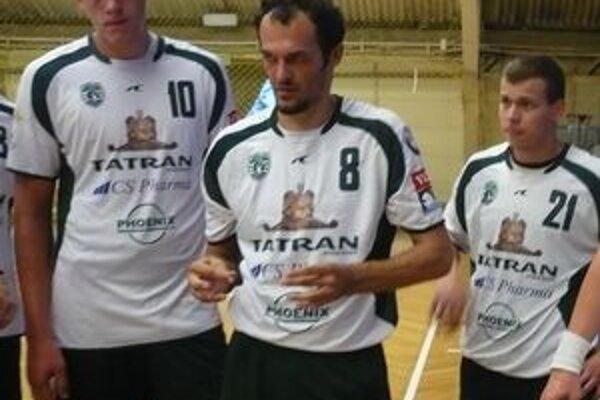 Reprezentoval. Dajnis Kristopans (vľavo) počas prestávky hral za rodnú krajinu.str. 13