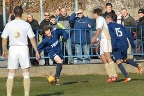 Strelec. Autorom jediného gólu v derby bol Macák (s loptou).