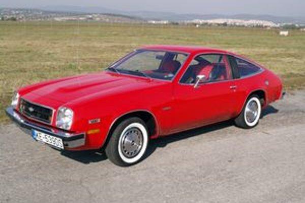 Chevrolet Monza z roku 1978. Model Monza, odvodený od modelu Vega, debutoval v auguste 1974 a vyrábal sa do roku 1980.