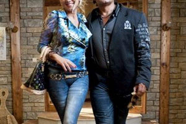 Seriálový Prasko (J. Vajda) s priateľkou Miou  (M. Hilmerová).