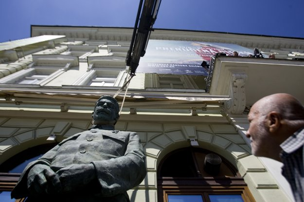 Došlo aj na umenie, keď v SNG vystavovali diela spojené so socialistickým realizmom. FOTO SME - GABRIEL KUCHTA