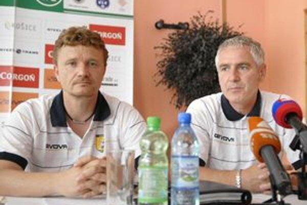 Druhý variant. Športový riaditeľ Ivan Kozák (vľavo) a tréner Ladislav Šimčo pôjdu s mužstvom do Turecka.