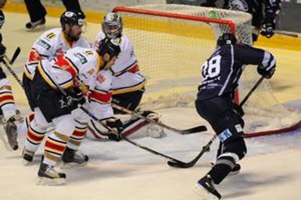 Gól na 1:0 strieľa hráč HC Košice Martin Frolík.