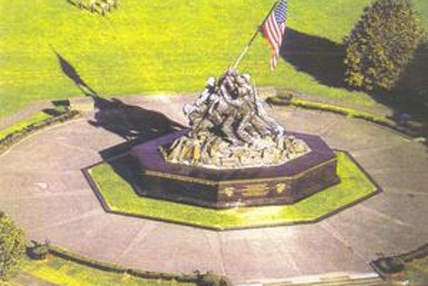 Predlohou bola fotka. Pamätník vojakov vztyčujúcich americkú vlajku na tichomorskom ostrove Iwo Jima.