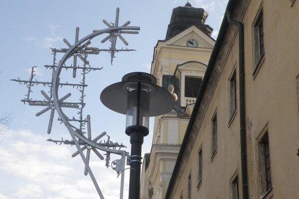 Vianočná výzdoba je v centre Prievidze, ale aj v mestských častiach či na sídliskách.