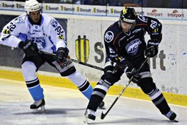 Smutný útočník Dušan Andrašovský vie, že o obhajobu titulu sa na ľade už pričiniť nemôže.
