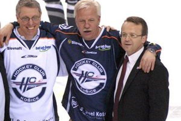 Šťastný odchádzajúci prezident HC. Prezident U.S. Steel Košice David J. Rintoul, bývalý prezident košickej fabriky George F. Babcoke a Miroslav Kiraľvarga (vpravo).