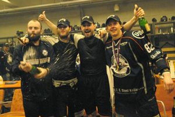 Atmosféra zo šatne. Takto si Michal Šeda (vpravo) užíval druhý titul v Košiciach.