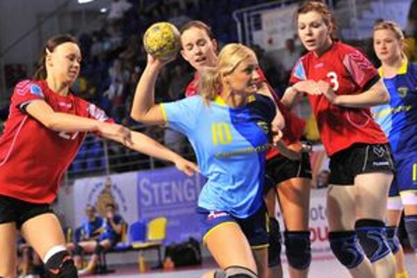 Iuventa vedie 2:0 na zápasy. A. Polláková (s loptou) dala počas víkendu 13 gólov.