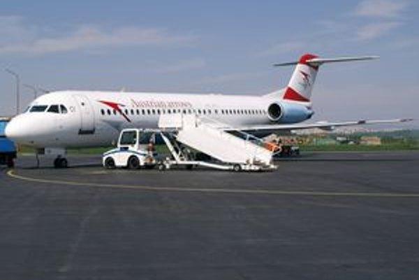 Fokker 100 OE-LVJ. Toto lietadlo, nesúce meno Bratislava, priviezlo do Košíc bieloruský a švajčiarsky tím.