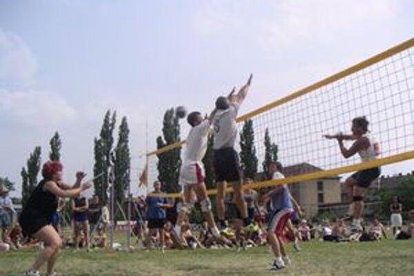 Tradičné podujatie. Volejbalový MIX turnaj sa teší už roky veľkej popularite.