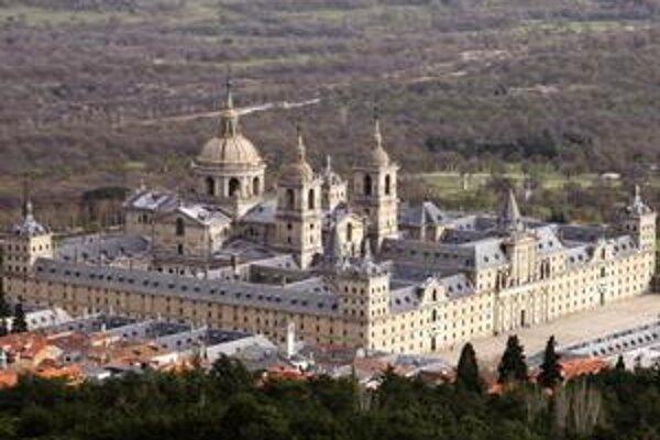 Pohľad na El Escorial. Rozľahlý komplex dal postaviť španielsky kráľ Filip II.