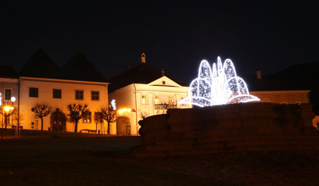 V pozadí Bellov dom a historická radnica.