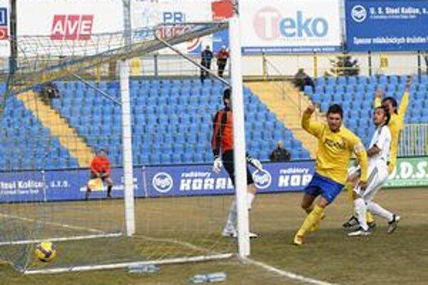 V Rakúsku chýba. Marko Milinkovič (v žltom drese) si obliekol v príprave proti Lučencu košický dres zrejme naposledy.