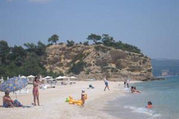 Zaujímavá krajina. Tým, ktorí pravidelne cestujú do Grécka, učarovala hlavne miestna krajina. Plážové piesočnaté pásy sa tu striedajú s horstvom, čím vzniká zaujímavý kontrast.