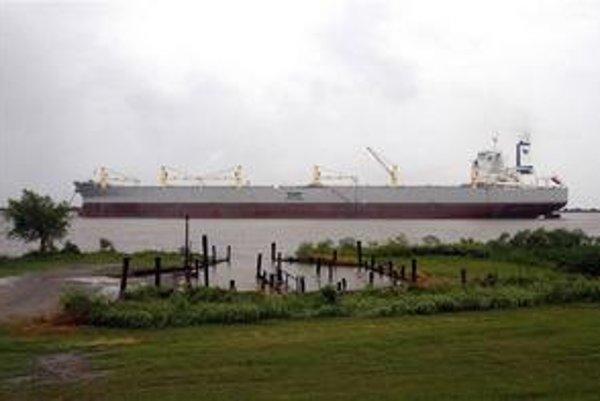 Loď A whale. Táto obrovská loď, prerobená z tankera, by mala pomôcť zbierať ropu z povrchu oceána.