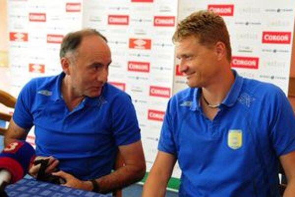 Vľavo tréner Žarko Djurovič, vpravo vedúci mužstva Ivan Kozák.
